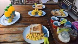 repas à bord d'un klotok