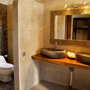 salle de bain avec éviers en pierre