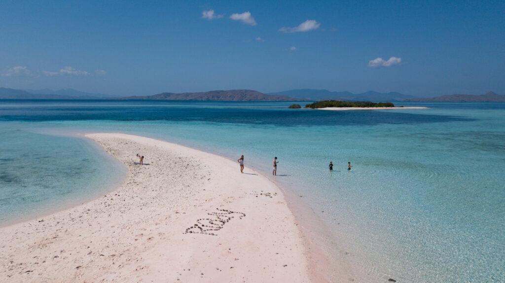 komodo plage de sable blanc
