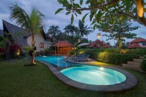 jolie piscine éclairée de nuit