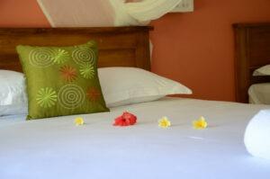 lit avec décoration florale
