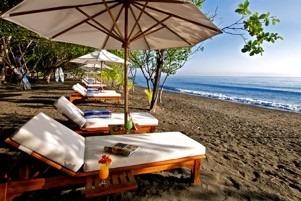chaises longues sur une plage déserte