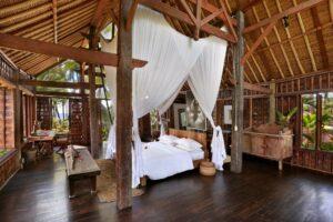chambre avec arcitecture typique en bois d'Indonésie
