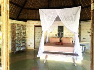 chambre avec lit avec moustiquaire