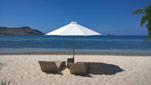 parasol sur une plage déserte