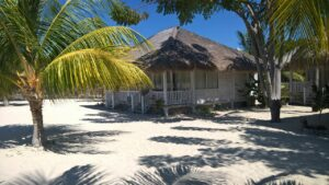 bungalow sur plage de sable blanc