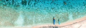 bord de mer vu d'en haut eau translucide
