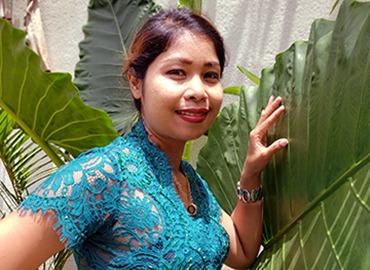 jeune femme en tenue traditionnelle