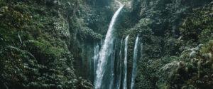 chute d'eau tropicale sur l'île de Lombok