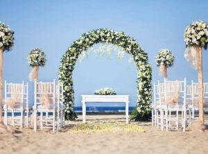 arche fleurie sur la plage