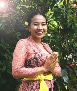 jeune femme balinaise en habit traditionnel