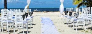 cérémonie de mariage sur une plage de sable blanc