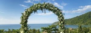 arche fleurie devant la mer