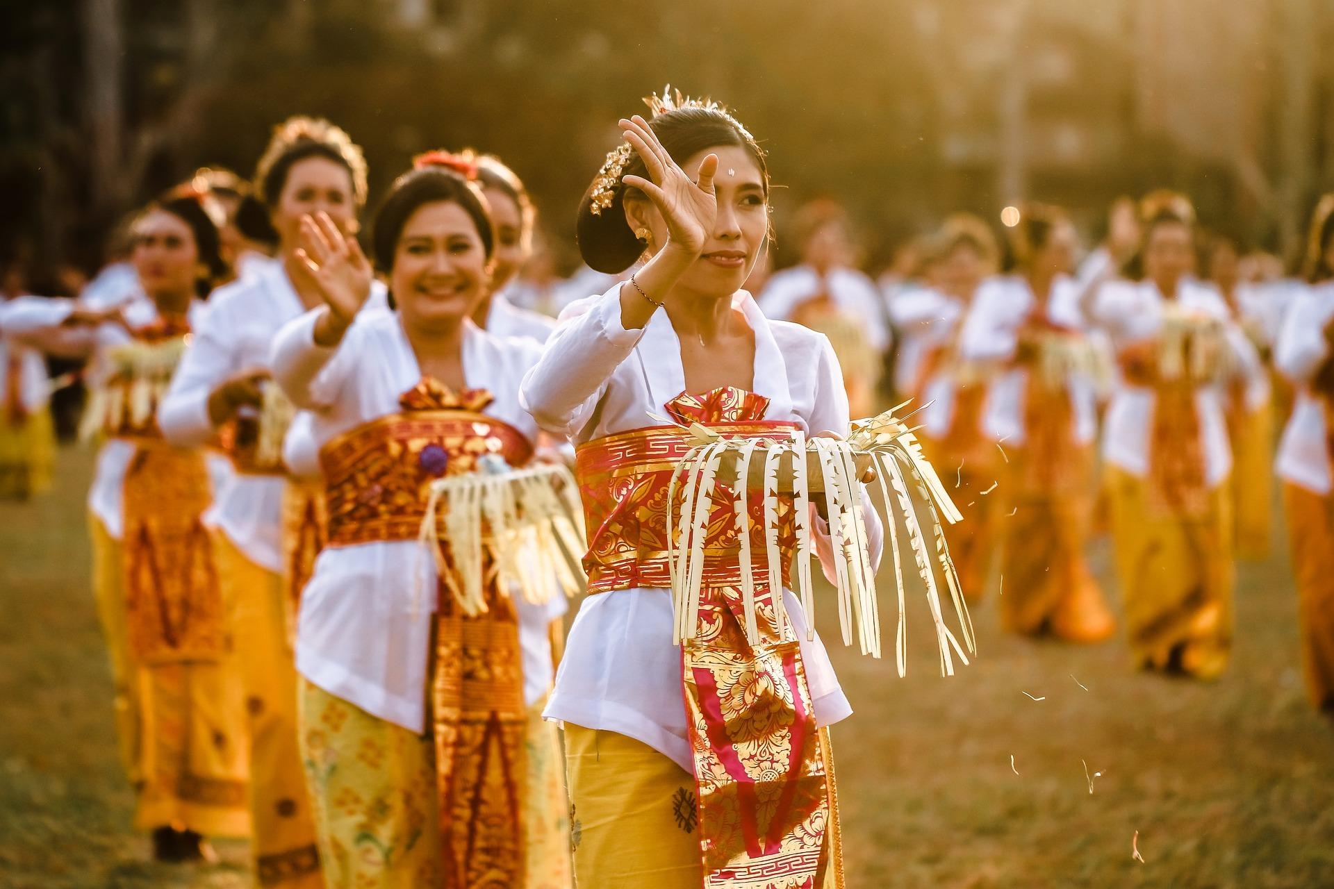 femmes habillées pour une cérémonie à Bali